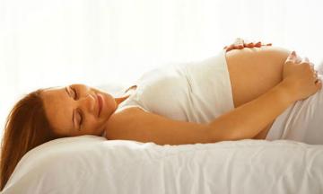 На каком сроке ощущаются первые шевеления плода при первой и второй беременности